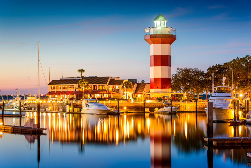 https://travelwus.com/wp-content/uploads/2017/10/harbour-town-hilton-head-waterfront-seafood-restaurant.jpg